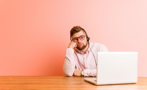 joven-trabajando-call-center-que-siente-triste-pensativo-mirando-espacio-copia_1187-62317-1 (1)
